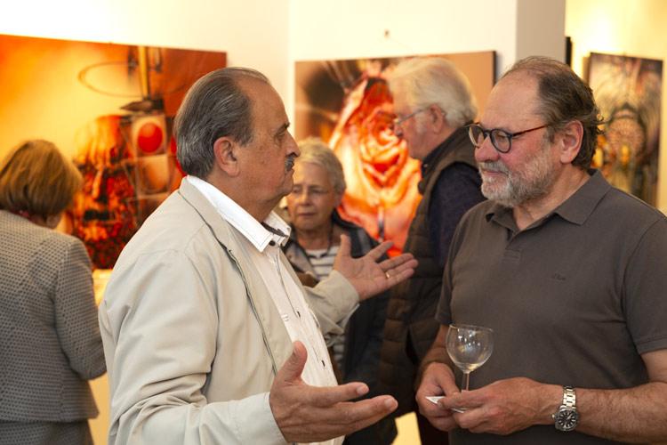 Diskussionen bei der Ausstellung mit Gemälde und Portraits