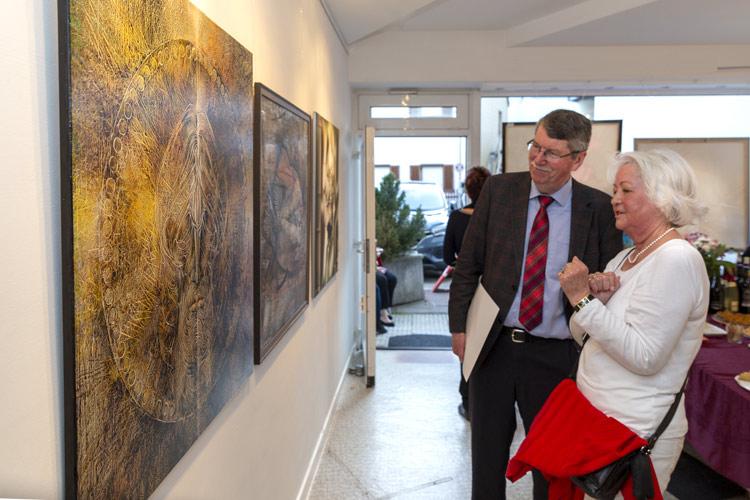 Ehrengäste der Ausstellung mit Gemälde und Portraits