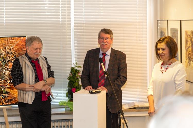 Paul Hansel, Landesschatzmeister des BdV Bayern bei der Ausstellung mit Gemälde und Portraits