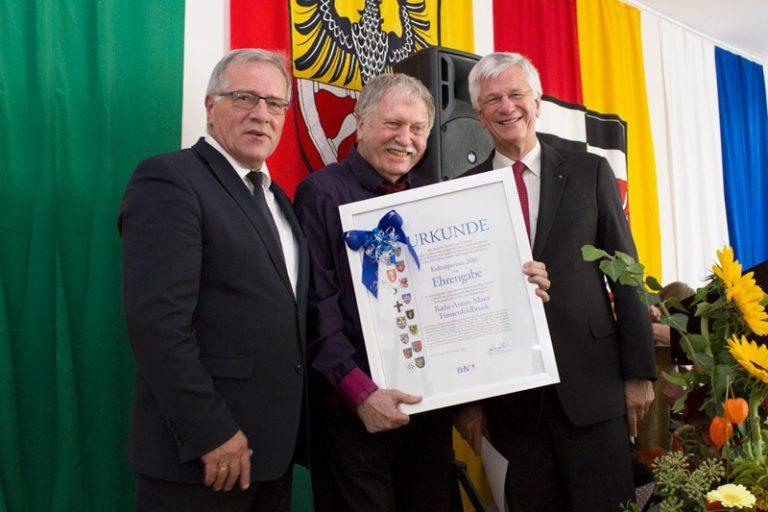 Fotografie de grup cu premiatul și diploma sa. Foto: © Radu Maier