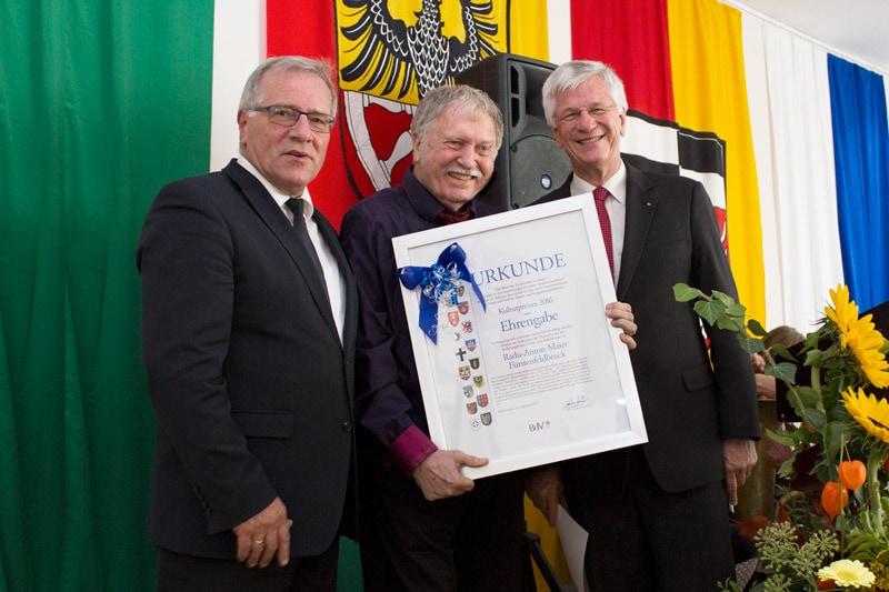 Gruppenfoto nach der Preisverleihung mit der Urkunde der Kulturpreis-Ehrengabe. Foto: © Radu Maier