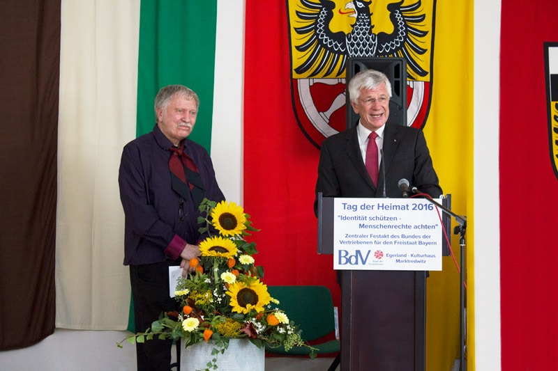Der BdV-Landesvorsitzender Christian Knauer liest die Laudatio für den Kulturpreisträger. Foto: © Radu Maier
