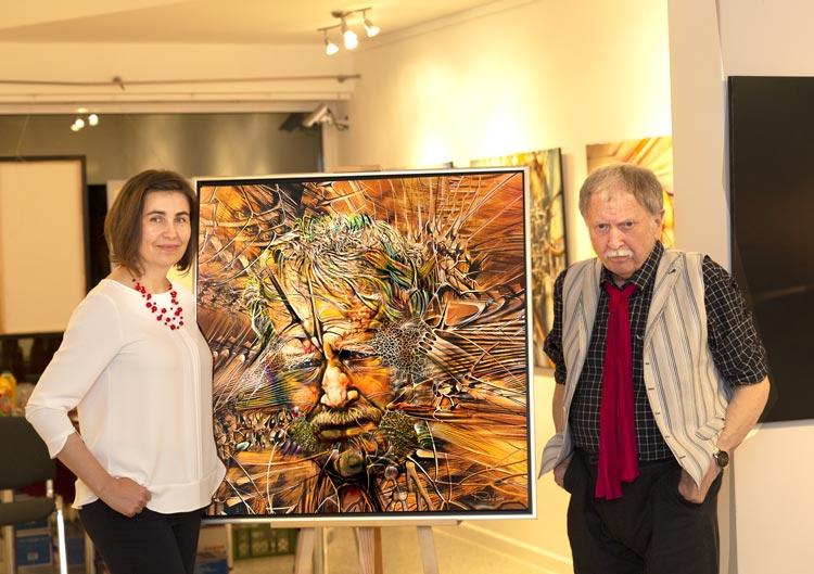 Der Künstler Radu Maier neben seinem Selbstbildnis