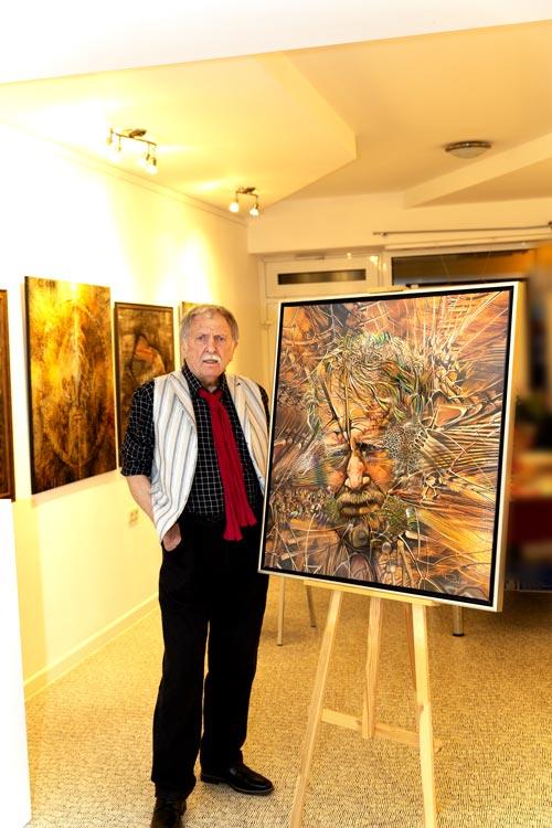 Radu Maier mit seinem Selbstbildnis bei der Ausstellung mit Gemälde und Portraits