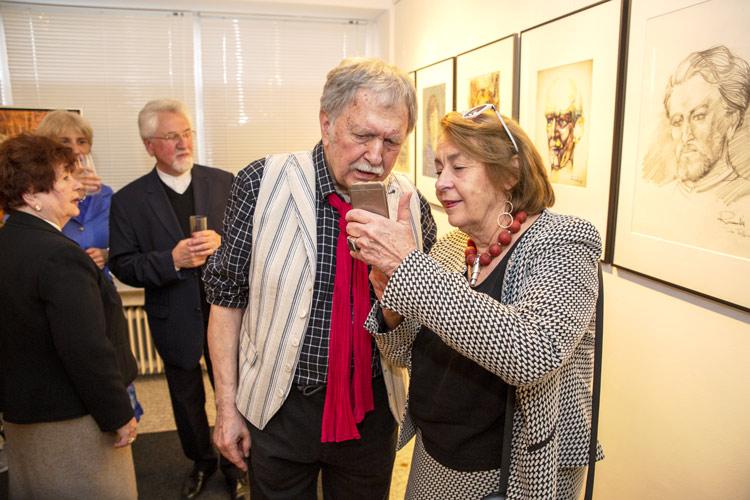 Diskussionen während der Vernissage mit Gemälde und Portraits