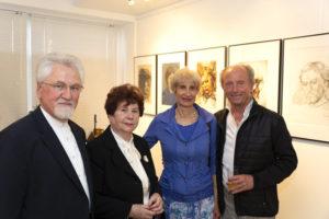 Der Künstler Radu Maier mit seinen Freunden bei der Ausstellung mit Gemälde und Portraits