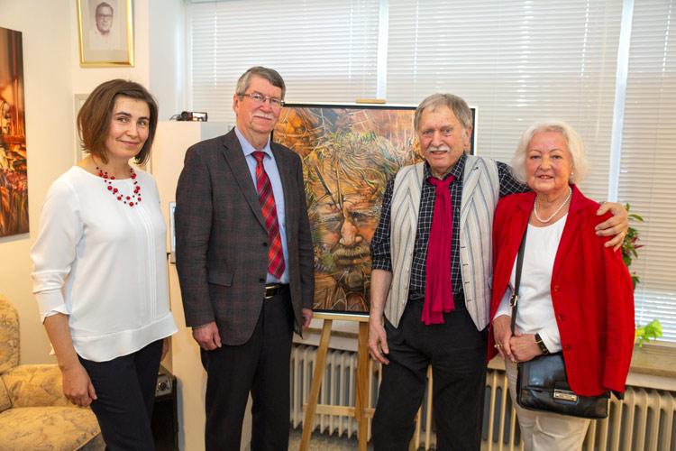 Gruppenfoto mit Ehrengästen bei der Portrait Ausstellung von Radu Maier