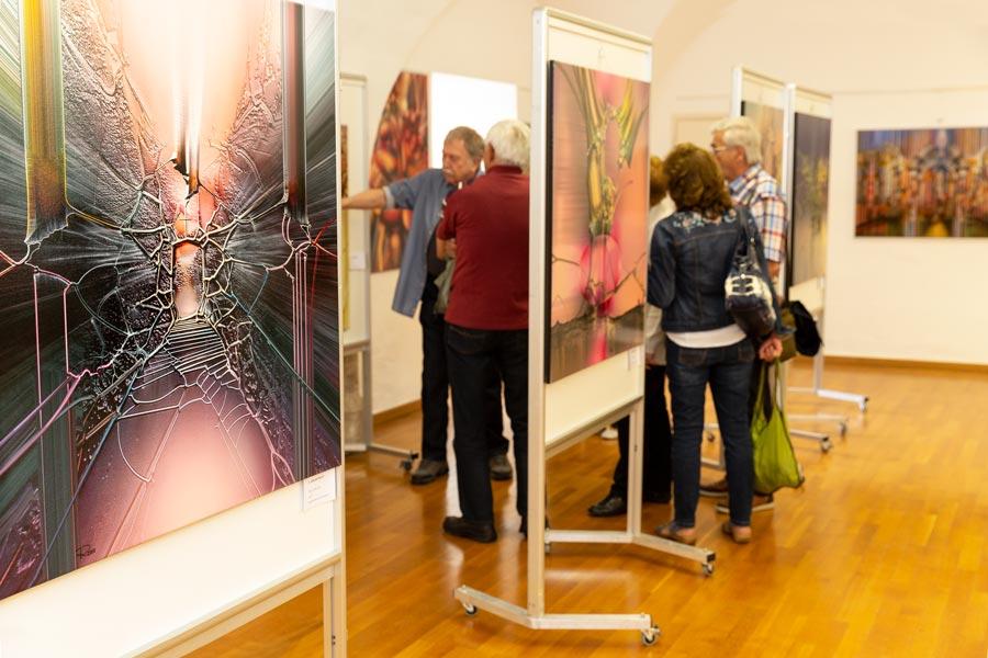 der kuenstler im gespraech mit seinen kunstirteressierten - | Galerie Raduart