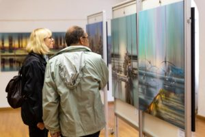 interessierte besucher betrachten das gemaelde starnberger see - | Galerie Raduart